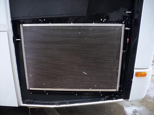 Climatisation intégrée cachée derrière une grille